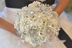 Hermoso ramo de novia con cristalería y perlas.