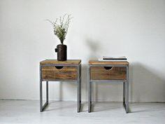 Muebles de madera de granero industrial y reciclada hecha a mano en Letonia--- Esta mesita de un cajón pequeño pero práctico es una solución compacta para el dormitorio con estilo. Madera de granero de pino recuperada se utiliza para cajón. Las patas metálicas son pulidas y barnizadas para evitar la corrosión. Este listado está para un elemento solamente. Artículo tamaño 40cmL x 40cmW x 50cmH Pesa 15 kgs Podemos hacer prácticamente cualquier tamaño que usted necesita. El plazo de…