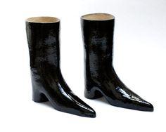 David Shrigley. Ceramic boots,2010.
