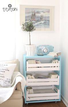 E para quem ama reciclagem: caixotes que viram estantes. Basta você lixar e pintar da cor que quiser.