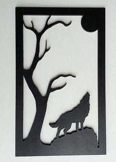 Loup hurlant à la lune en bois découpé et peint