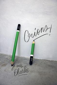 artiste : Tabas  Installation 2 Crayons en bois / peinture glycero Dimensions : longueur 55 et 95 cm