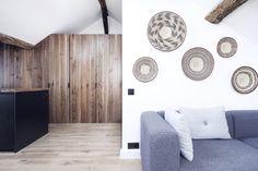 Combinatie van zwart wit en heel veel hout in de keuken en woonkamer | The Haute Architecture of the Apartment Saint Paul
