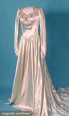 Trained Satin Wedding Dress, Augusta Auctions, March/April 2005 Vintage Clothing & Textile Auction, Lot 495 This is Stunning! What a breathtaking gown! Vintage Gowns, Vintage Bridal, Vintage Outfits, Vintage Fashion, Vintage Clothing, Bridal Gowns, Wedding Gowns, Fairytale Fashion, Clothing And Textile