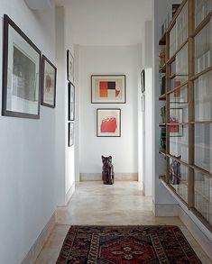 O arquiteto Gustavo Penna projetou a estante no nicho entre as paredes dos quartos. Feita de madeira ipê, tem portas de vidro que correm encaixadas nas prateleiras. Lá ficam guardados livros dos moradores