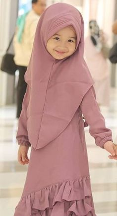 Little Girl Gowns, Gowns For Girls, Dresses Kids Girl, Kids Dress Patterns, Baby Clothes Patterns, Muslim Fashion, Hijab Fashion, Baby Clothes Sizes, Dress Anak