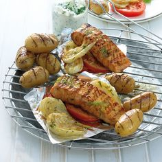 Honingzalm met gegrilde aardappeltjes #BBQ #WeightWatchers #WWrecept Menu Weight Watchers, Plats Weight Watchers, Weigh Watchers, Fish And Meat, Fish And Seafood, Cobb Bbq, Low Calorie Recipes, Healthy Recipes, Sauce Au Miel