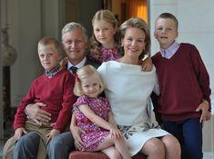 Los príncipes Felipe y Matilde de los belgas y sus cuatro hijos nos felicitan la Navidad #realeza #royals #belgium #royalty