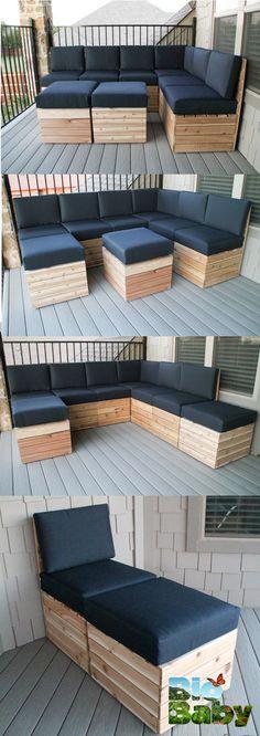 Crea una sala exterior con cajas de madera y cojines.