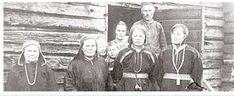 Markkinoilla koreiltiin helmillä. Saara Aikio, Mikko Palokangas, Maria Morottaja (Ranta Máárjá), Elsa Aikio, Johannes Morottaja, Olga Morottaja, Anna-Briita Mattus ja Paul Vallen emäntä vuonna 1920. Museovirasto.