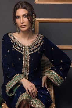 Etoiles bleu Source by clothes indian Velvet Pakistani Dress, Simple Pakistani Dresses, Pakistani Fashion Casual, Pakistani Wedding Outfits, Pakistani Bridal Dresses, Pakistani Dress Design, Indian Fashion, Indian Outfits, Stylish Dress Designs