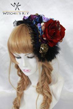 濃い赤や青、ゴールドの配色が特徴のヘッドドレス。