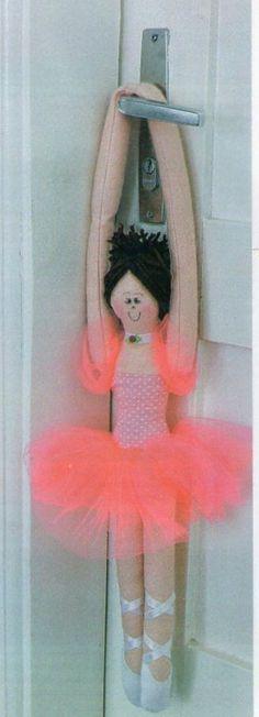 A bailarina de feltro pode ser elaborada para decorar o quarto das meninas, incluindo a porta, e até para detalhar móveis e espaços diferentes. Essa dica é barata e fácil. Passo a passo bailarina de feltro Para a realização dessa bailarina são necessários alguns materiais, anote a lista: Tesoura Moldes Alfinetes Feltro colorido Cola quente …