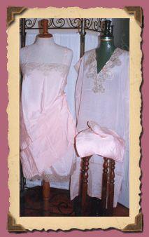 Completo formato da una camicia da notte, due sottovesti e un paio di culotte, ancora con il nastro originale che le teneva legate insieme.1924