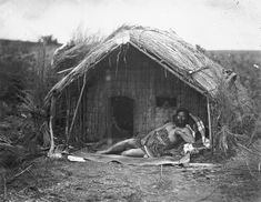 Maori Chief Tahau holding a patu (a stone club), lying in porch of a whare (meething house), New Zealand. Old Images, Old Photos, Polynesian People, Maori People, West Papua, Maori Art, Historical Pictures, Ancient Civilizations, Homeland