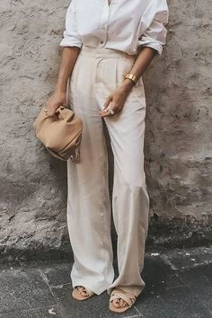 Loose Pants Outfit, White Pants Outfit, Wide Leg Trousers Outfit Casual, Cream Trousers Outfit, Wide Leg Pants Outfit Summer, Kaki Pants, Cream Jeans, White Wide Leg Pants, Casual Outfits