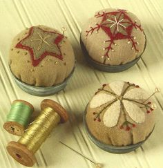 Rustic Winter by Marilyn Gash. Primitive Folk Art Wool Ornaments (projects include these pincushions) Felt Crafts, Crafts To Make, Fabric Crafts, Sewing Crafts, Sewing Projects, Sewing Kits, Primitive Folk Art, Primitive Crafts, Art Fil