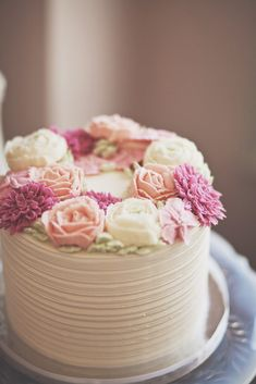 Rustic buttercream cake with soft pink and cream rose flowers. #Flowercakes