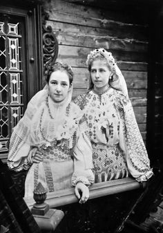 Princess Marie of Romania with lady in waiting (?) Pss Marie of Romania with a lady in waiting (?) both in typical romanian folk dresses I love Queen Marie of Romania! So glad I stumbled upon this photo of her in traditional folk dress, its beautiful. Old Photos, Vintage Photos, Romanian Royal Family, Belle Epoque, Lady In Waiting, Kaiser, Oscar Wilde, Historical Clothing, Historical Pics