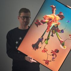 Photographer Tobi Siebrecht with his stunning print by Studio Végété. . . . . . . . . . #edition3000 #studiovegete #studiosiebrecht #flowerphoto #flowerphotography #blumenfoto #blumenfotografie #blumen #planphoto #plantphotography #pflanze #pflanzen #pflanzenfoto #pflanzenfotografie