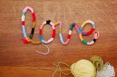 Nodig:  -ijzerdraad  -(knip)tang  -wol   Knip een ruim stuk ijzerdraad af. Buig het draad in schrijfletters en maak een woord. Wikkel he...