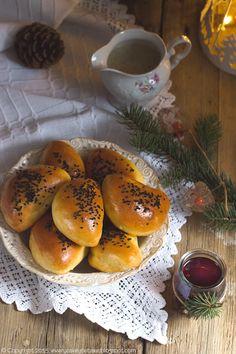Pieczone pierogi ziemniaczane z kapustą i sosem grzybowym