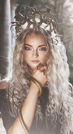 Are you looking for the perfect Halloween costume to accentuate your curly locks. - Are you looking for the perfect Halloween costume to accentuate your curly locks? Here are the 10 best curly hair Halloween costumes around. Blonde Curly Hair, Curly Hair With Bangs, Curly Hair Tips, Short Curly Hair, Curly Hair Styles, Natural Hair Styles, Wild Curly Hair, Curly Girl, Fringe Hairstyles