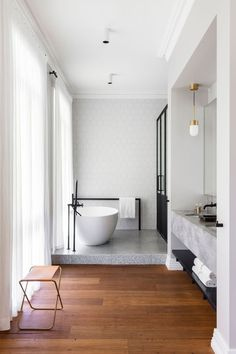Open and chic, perfect bathroom