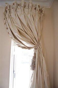 刺繍された花が可愛らしいカーテンと、それを束ねる大きめのタッセル。カーテンの可愛らしさに、上品なタッセルをプラスすると落ち着いた空間が演出できます。
