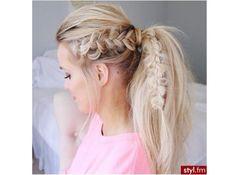 Przeglądamy najpiękniejsze fryzury z warkoczem na lato - od luźnego kłosa, przez koronę z warkocz po fantazyjne plecione upięcia. Sprawdźcie, jak modnie zrobić warkocz tego lata!