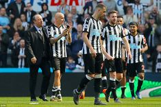 Newcastle United manager Benitez celebrates with key performer Jonjo Shelvey at the end of Sunday's Premier League clash Soccer Skills, Soccer Tips, Football Soccer, Newcastle United Wallpaper, Newcastle United Football, St James' Park, World Of Sports, Best Player, Best Games