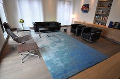 This bespoke MARCJANSSEN rug in different shades of blue gives colour to the modern interior!