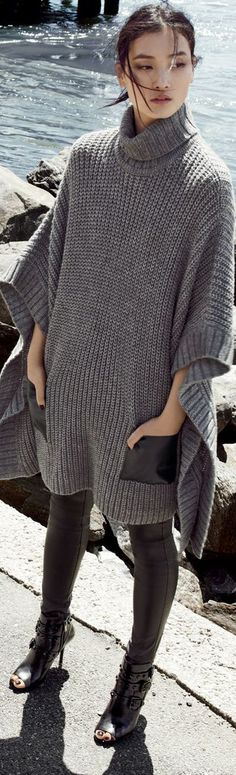 Glam up the way you dress with our winter street style inspirations. A big chunky knitted top or a stylish poncho - sizzle this season and have a warm and fuzzy winter Knit Fashion, Look Fashion, Street Fashion, Sweater Fashion, Fashion 2018, Luxury Fashion, How To Wear Poncho, Poncho Outfit, Knitted Poncho