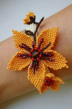 A gorgeous beaded flower bracelet by savishka Aнна Seed Bead Flowers, French Beaded Flowers, Seed Bead Jewelry, Bead Jewellery, Beading Projects, Beading Tutorials, Beaded Jewelry Patterns, Beading Patterns, Beads And Wire