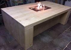 Een vuurtafel op gas, gemaakt van nieuw steigerhout. De tafelhaard geeft een behaaglijke warmte en kan dienen als terrasverwarmer.