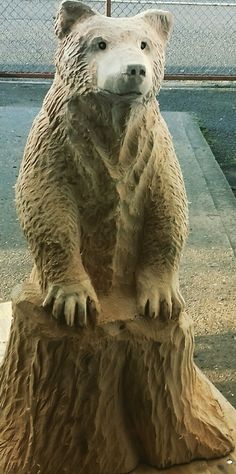 Chainsaw carved bear by Rob Simple Wood Carving, Wood Carving Faces, Wood Carving Patterns, Tree Carving, Wood Carving Art, Chainsaw Wood Carving, Tiki Totem, Mountain Drawing, Ceramic Animals