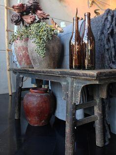 Prachtig antiek houten bankje gecombineerd met accessoires in warme hersftkleuren, WE LIKE IT! www.molitli-interieurmakers.nl
