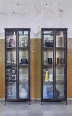 Door de kleurschakeringen en ruwe delen heeft deze vitrinekast een mooie vintage uitstraling. Vintage is helemaal trendy vandaag de dag!