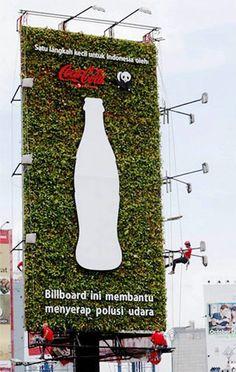 Vertical Garden Coca Cola digunakan sebagai pengganti billboard konvensional, memiliki kelebihan dapat menyerap polusi udara