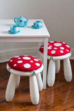Des coussins champignons sur les tabourets mammut d'Ikea.