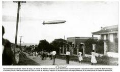 Un gran dirigible zurca los cielos de la ciudad. Es una nave alemana de la compañía de Graf Ferdinand Von Zeppelin, constructora del famoso Hindenburg. Nave de 237 metros de largo y 31 metros de diámetro (entonces unas dimensiones enormes) volando a baja altura sobre la ciudad de Santo Domingo. El suceso ocurrió el 20 de Octubre de 1933 en horas de la tarde, y significó un evento que ningún habitante de la ciudad perdió la ocasión de presenciar.