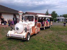 Hasmark Strand Camping, Otterup, Danmark. Det lille tog kører børn og forældre rundt på pladsen.