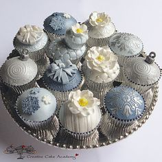 How divine are these cupcakes? they were created by the girls at Creative Cupcake Academy Cupcakes Bonitos, Cupcakes Lindos, Cupcakes Amor, Tolle Cupcakes, Silver Cupcakes, Cupcakes Decorados, Fancy Cupcakes, Holiday Cupcakes, Pretty Cupcakes