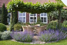 Sitzplätze im Garten (Quelle: GMH/ Christiane Bach)