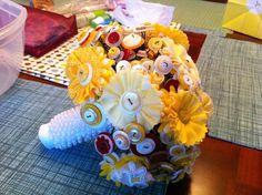 Flors grans de tela i base amb perles