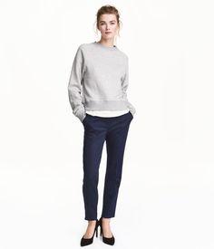 Mörkblå. Ett par kostymbyxor i stretchig, vävd kvalitet. Byxorna har smal passform med avsmalnande ben och normalhög midja. Sidfickor och en passpoalficka