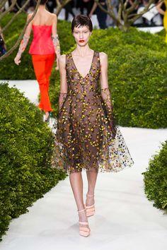 As aplicações de flores e pétalas são a vedete da marca nessa estação.    Dior | Paris | Verão 2013 HC