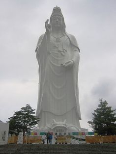 Height of Buddha's statues has always attracted tourists. There are many large statues in the world but the race continues to erect yet another largest. Ten existing largest statues of Buddha are here. Sendai, Amitabha Buddha, Guanyin, Weird Pictures, Best Places To Travel, Garden Statues, Japanese Culture, Wonders Of The World, Sculpture Art