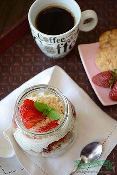 Iaurt cu chia si capsuni Chocolate Fondue, Panna Cotta, Breakfast, Ethnic Recipes, Desserts, Food, Morning Coffee, Tailgate Desserts, Dulce De Leche
