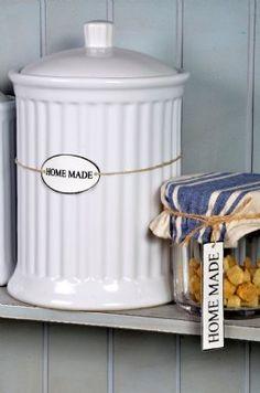 Ljuvlig förvaringsburk i stengods från serien Mynte i färgen Pure White. Bra förvaring till t.ex flingor, mjöl, havregryn, kakor. H:21,5 cm D:14,5 cmTill höger i bild